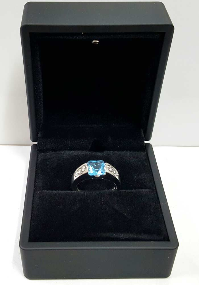 精美盒裝著 托帕石戒指