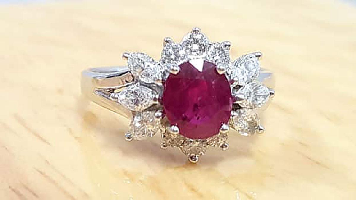高級紅寶石1.35ct 戒台為配鑽/白金而成的 天然紅寶石女戒指